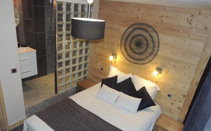 chambre parentale avec 1 lit double et douche /Bedroom  with shower: 1 double bed